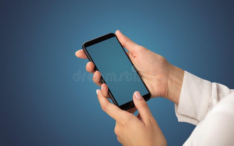 Modell für weibliche Hand unter Verwendung des Smartphone lizenzfreies stockbild