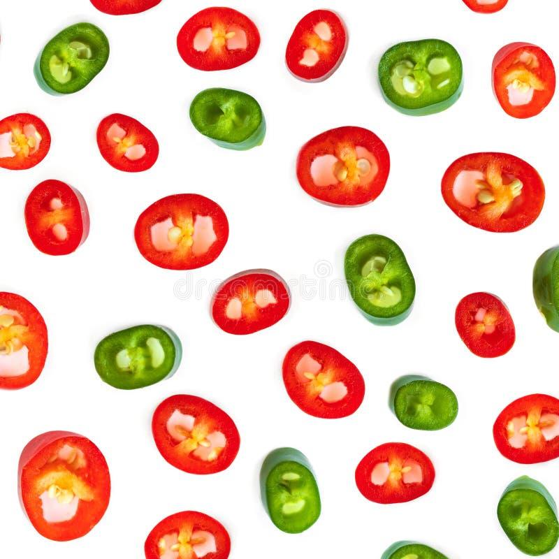 Modell f?r peppar f?r r?d chili Skivor av kajennpeppar som isoleras på vit bakgrund royaltyfri foto