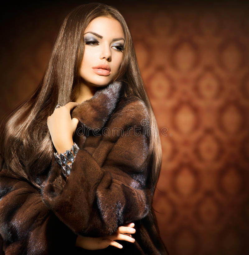 Modell Girl i Mink Fur Coat royaltyfri foto