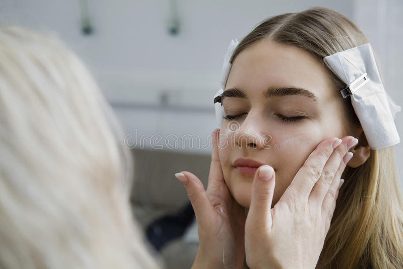 Modell Having Makeup Applied royaltyfri fotografi