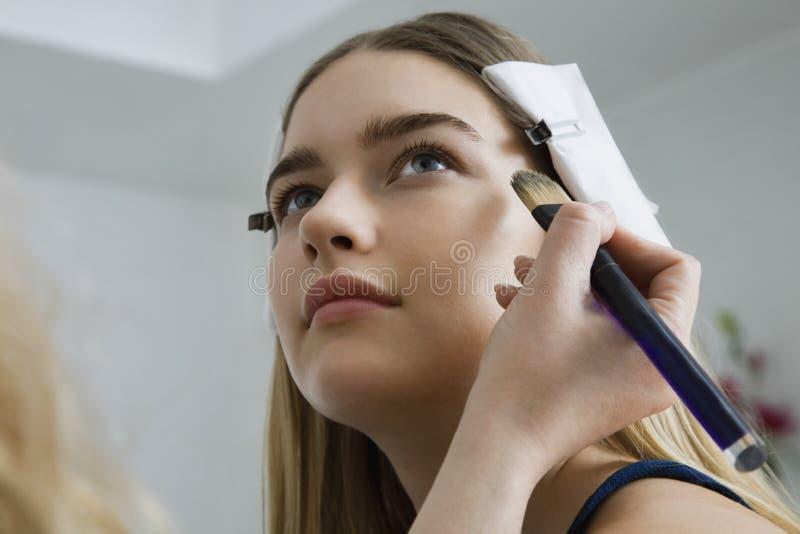 Modell Having Makeup Applied arkivfoton