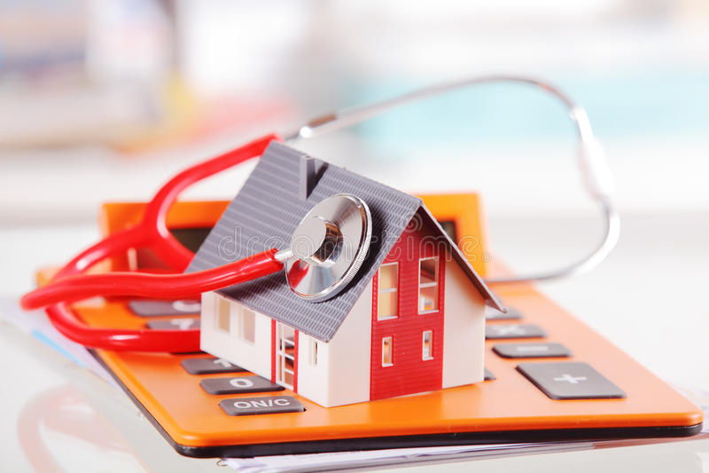 Modell House med stetoskopet på räknemaskinapparaten royaltyfria foton
