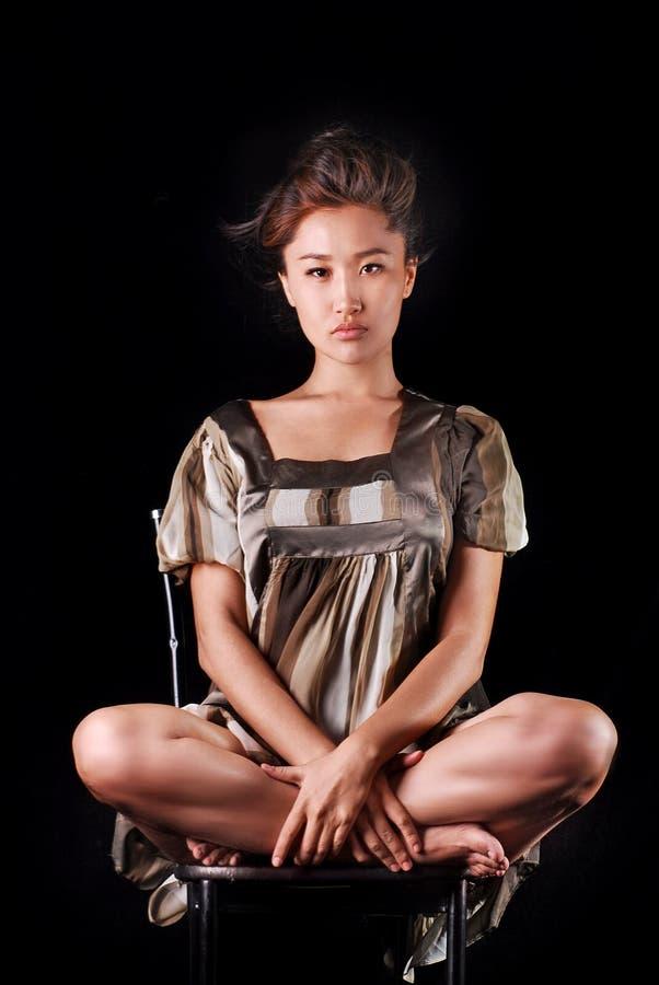 Modell i den randiga klänningen som possing i studio Bakgrund royaltyfri fotografi