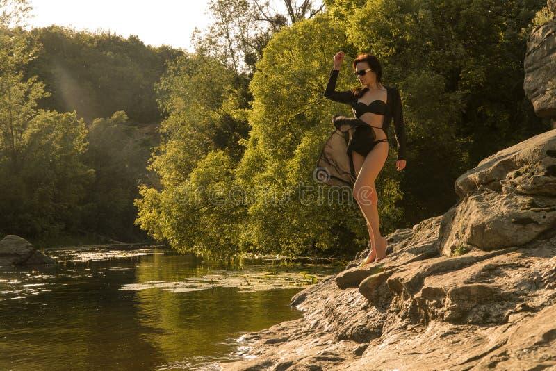 Modell i en bikini vid floden arkivfoto