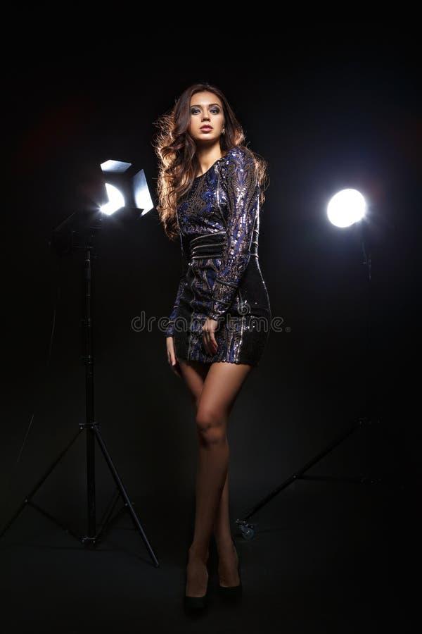 Modell i klänningen som framme poserar av kamera arkivbilder