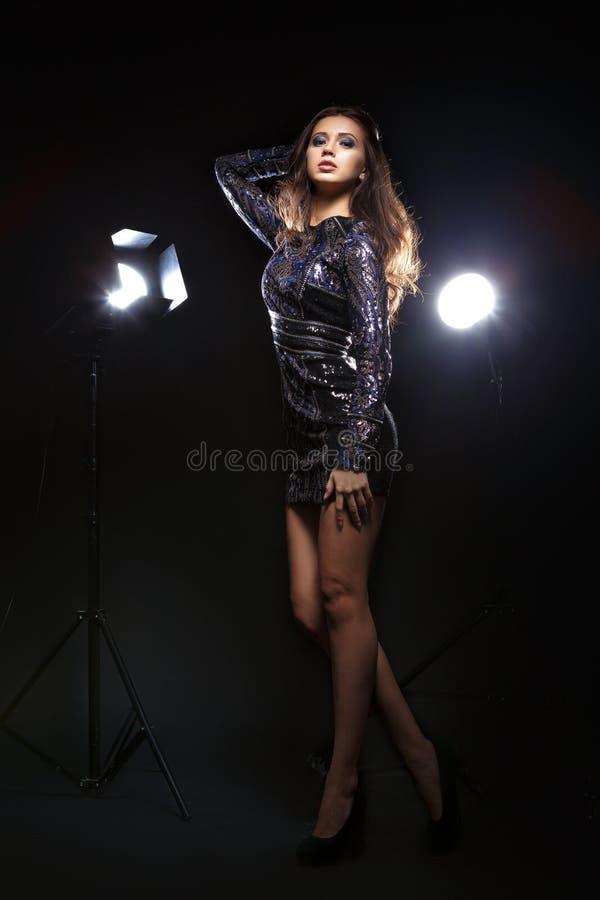 Modell i klänningen som framme poserar av kamera arkivfoton