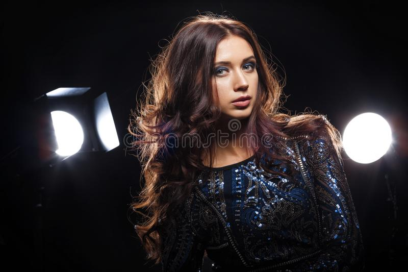 Modell i klänningen som framme poserar av kamera fotografering för bildbyråer