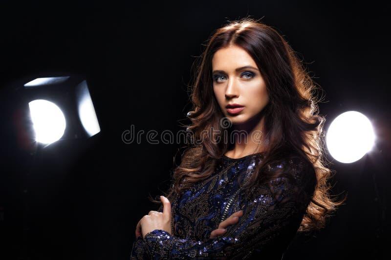 Modell i klänningen som framme poserar av kamera royaltyfri fotografi