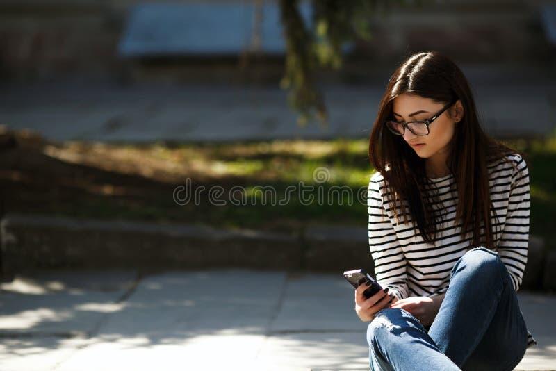 Modell i staden med telefonen arkivbild