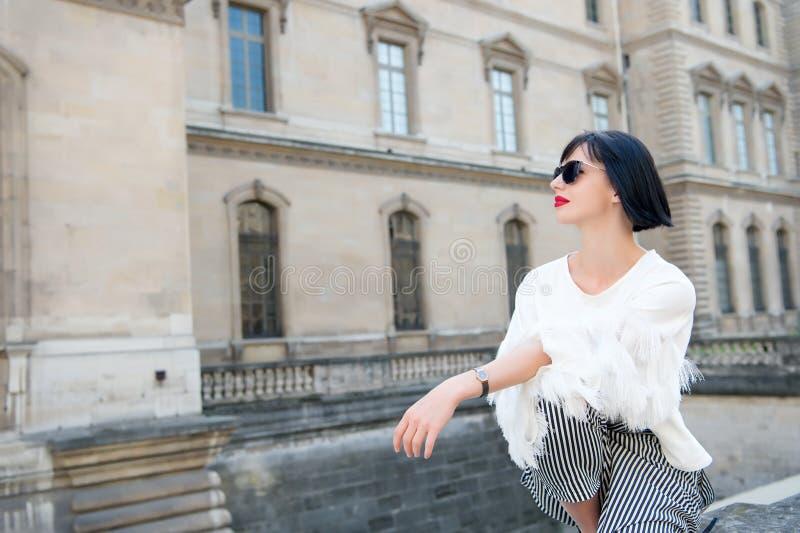 Modell i trendig kläder royaltyfri foto