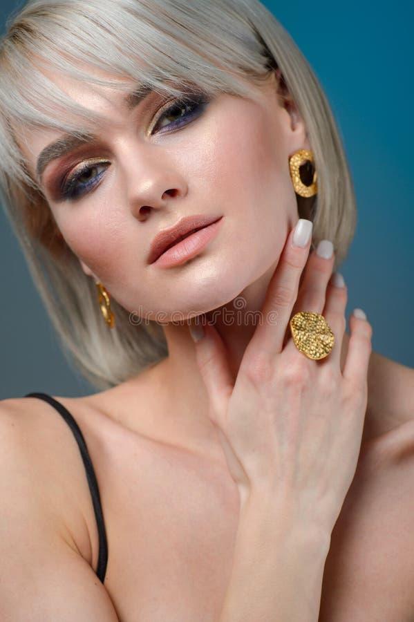 Modell i uppsättning av smycken Lyxig flicka i skensmycken från prec arkivbilder