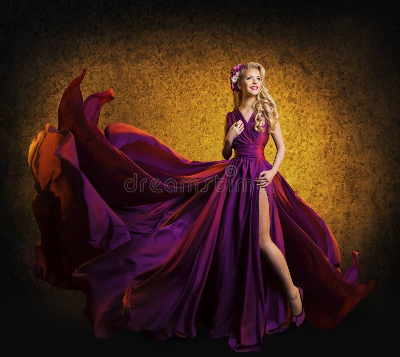 Modell im purpurroten Kleid, Frau, die Fliegen-im Silk Stoff-Wellenartig bewegen aufwirft lizenzfreie stockbilder