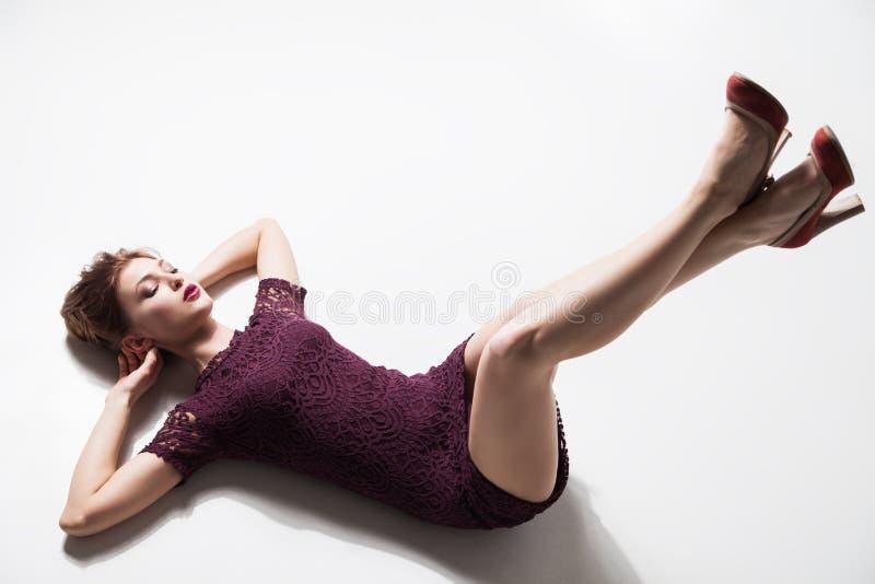 Modell med ben som lyfts på golv arkivfoto