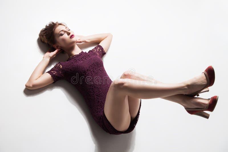Modell med ben som lyfts på golv royaltyfri foto