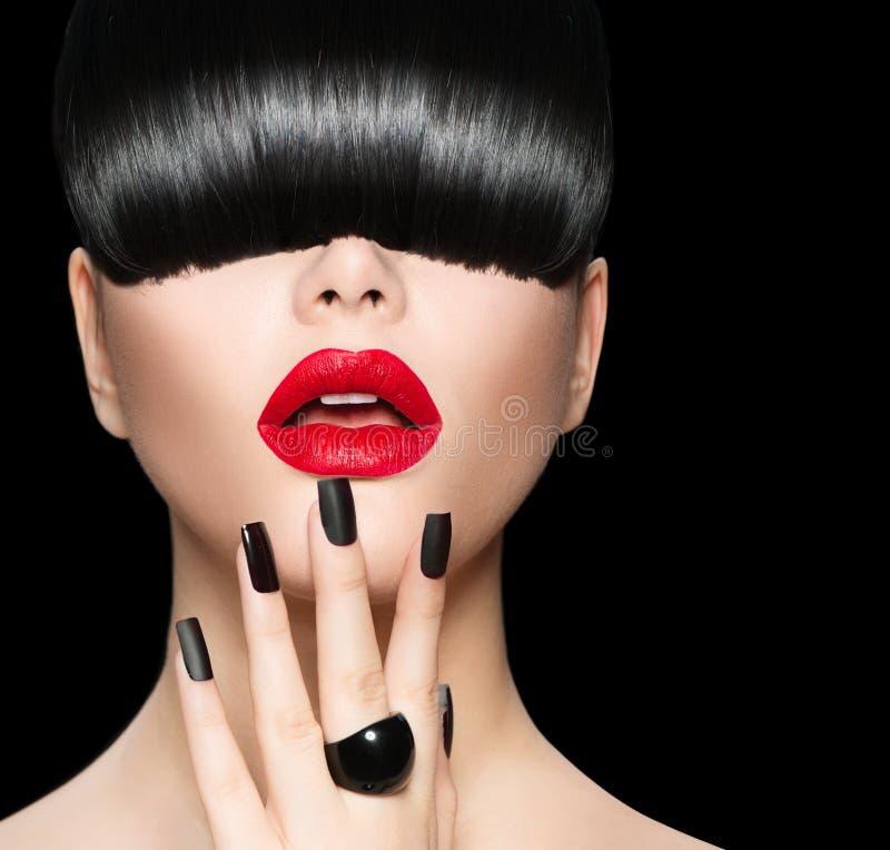 Modell med den moderiktiga frisyren, makeup och manikyr royaltyfria bilder