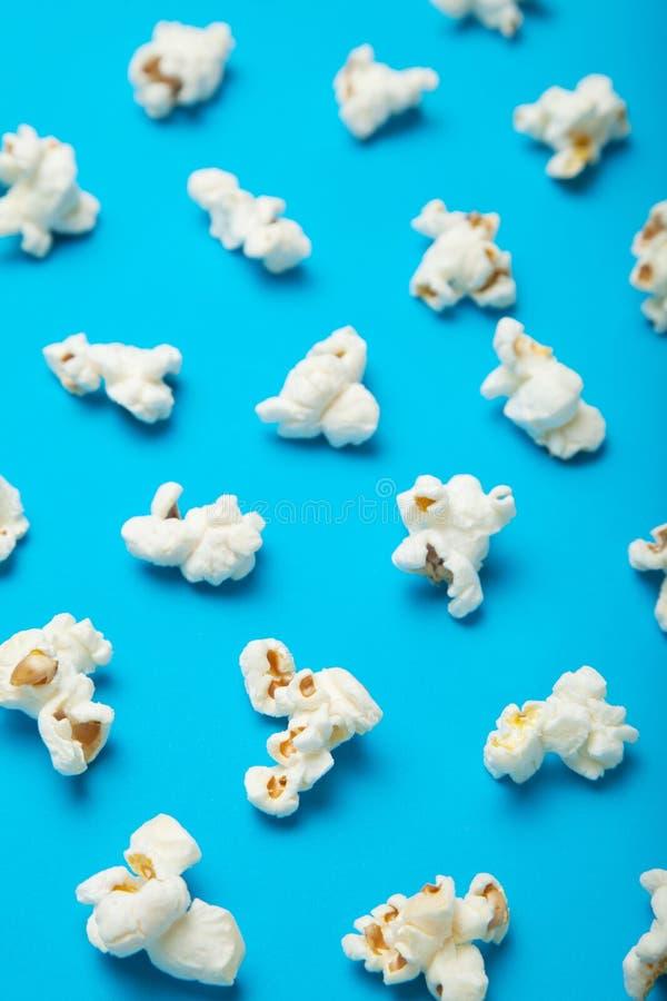 Modell med en skugga av popcorn på en blå bakgrund stock illustrationer
