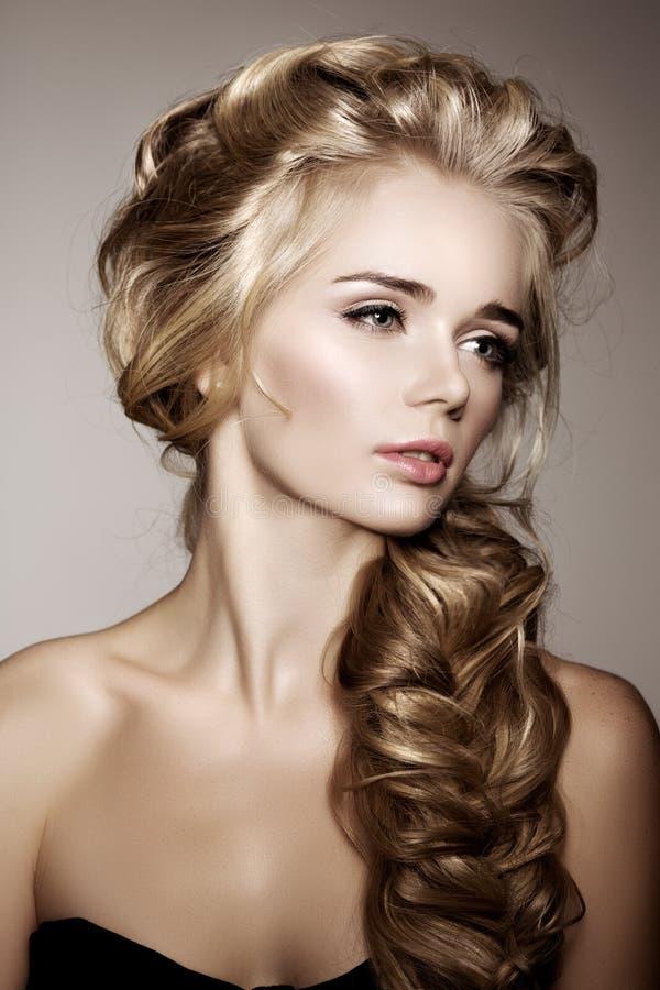 M Bel F R Ankleidezimmer modell med långt flätat hår frisyr för flätad tråd för vågkrullning hår fotografering för