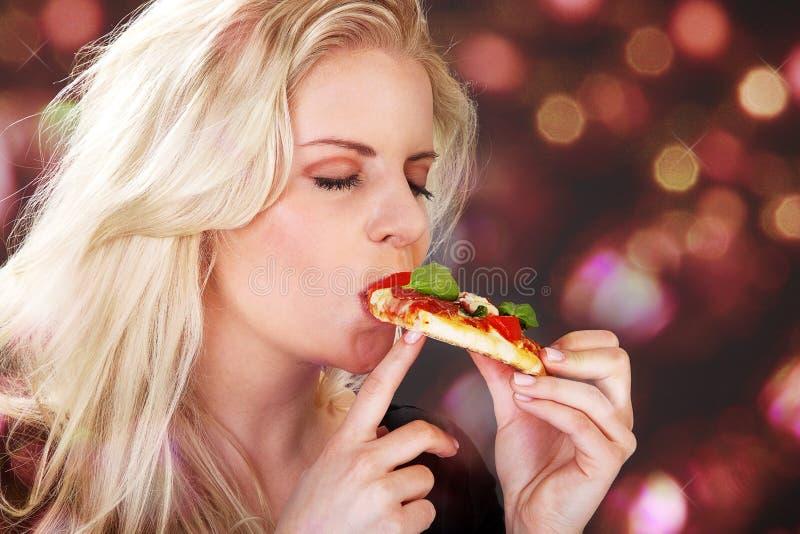 Modell med pizza arkivfoto