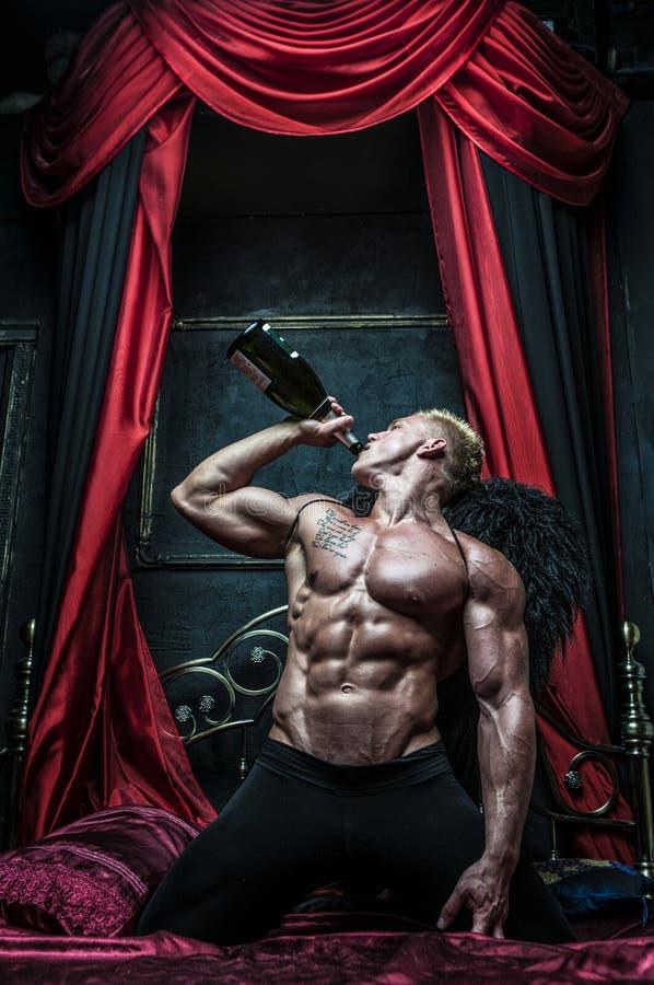 Modell mit Champagner, lizenzfreies stockbild