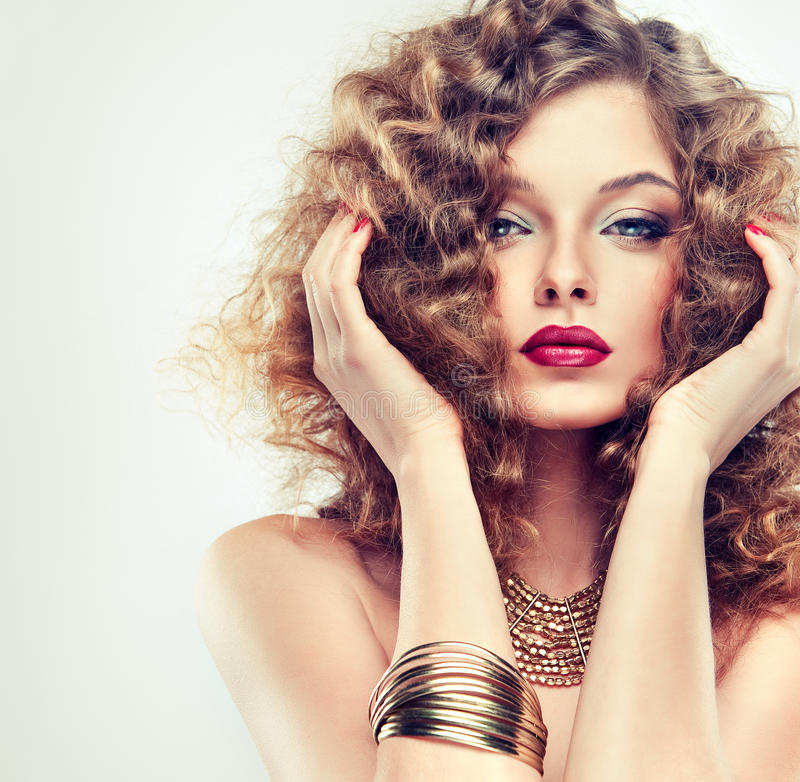Modell mit dem gelockten Haar lizenzfreie stockbilder