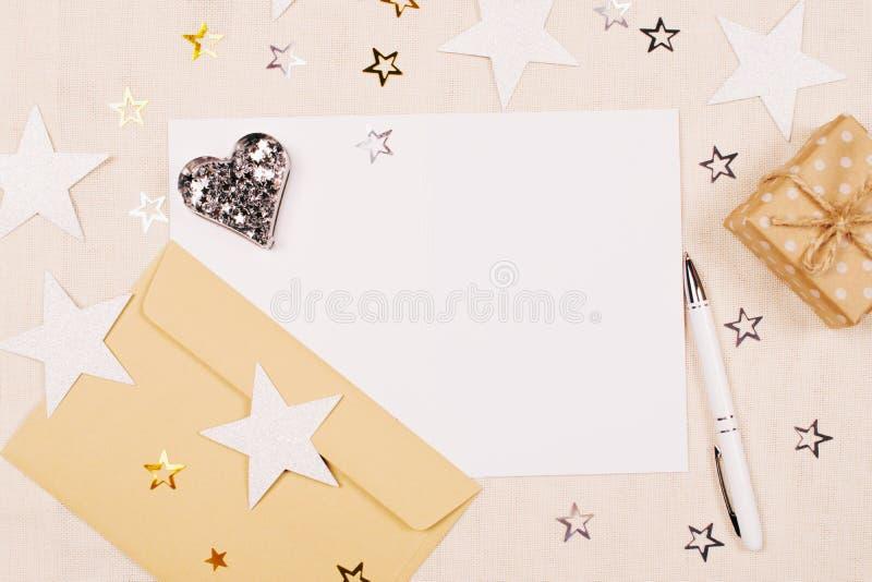Modell mit einer leeren Karte, einem weißen Stift und einem Umschlag lizenzfreies stockbild