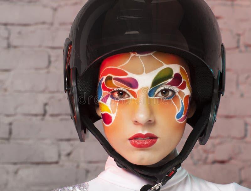 Modell mit hellem kreativem bilden mit Sturzhelm lizenzfreie stockbilder