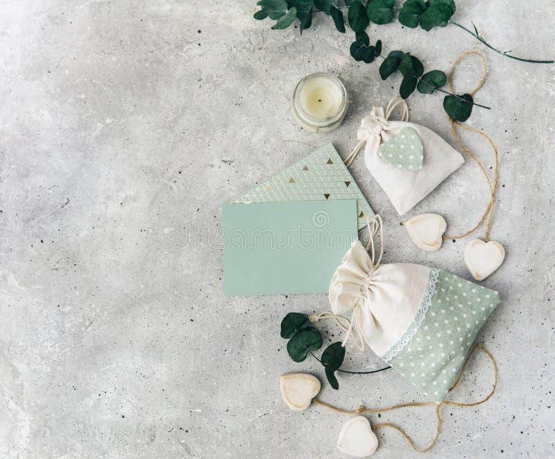 Modell mit leeren Karten- und Hochzeitsassistenten Hochzeit, Einladung, stationäres Modell, stockbild