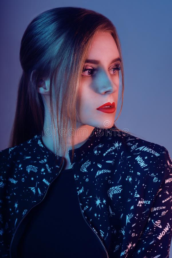 Modell mit Luftart Frau in den bunten hellen Lichtern, die im Studio, Porträt des schönen Mädchens mit modischem Make-up aufwerfe stockbilder
