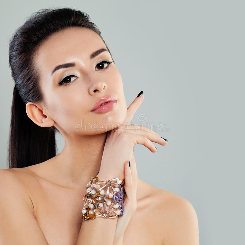 Modell mit Make-up und dem dunklen Haar lizenzfreie stockfotos