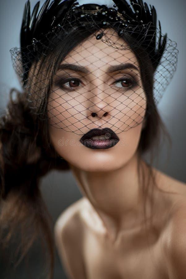 Modell mit Schleier auf Gesicht lizenzfreie stockfotografie