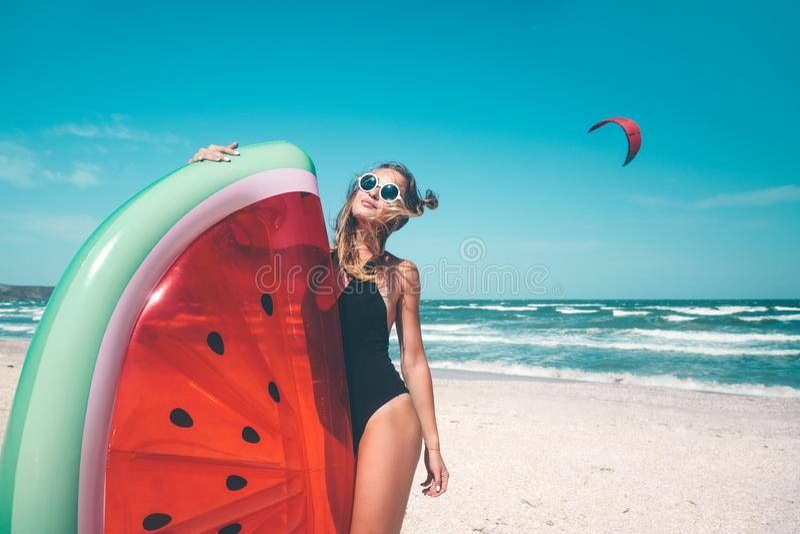 Modell mit Wassermelone lilo am Strand stockbilder