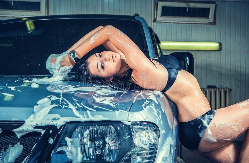 Modell på biltvätten i garage fotografering för bildbyråer