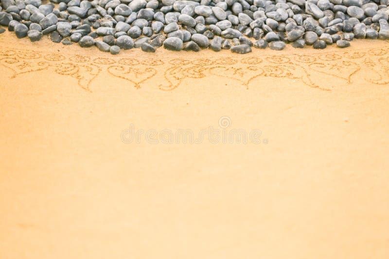 Modell på ren sand med stenar Begreppet av fred och cont royaltyfri fotografi