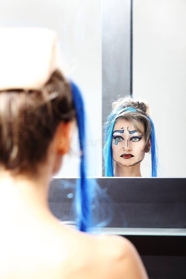 Modell på spegeln, sminktransvestit arkivfoton
