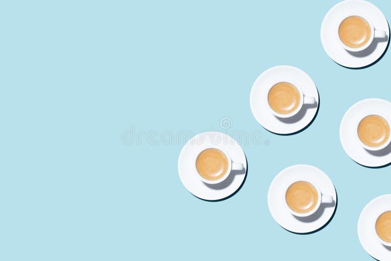 Modell som göras av koppen av cappuccino på blå bakgrund royaltyfri foto