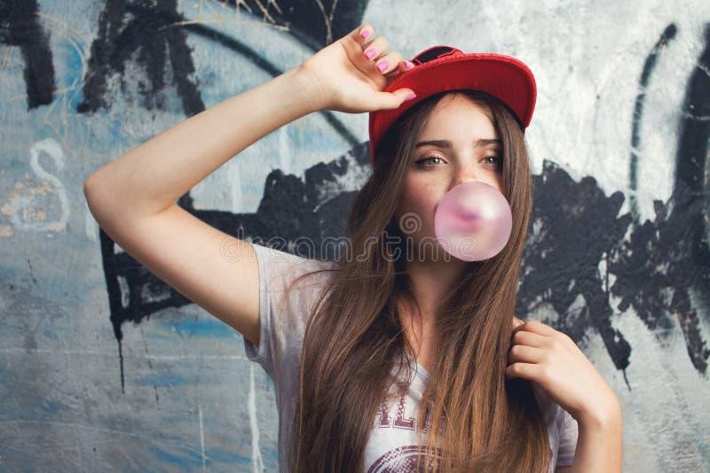 modell som poserar på grafittibakgrund fotografering för bildbyråer