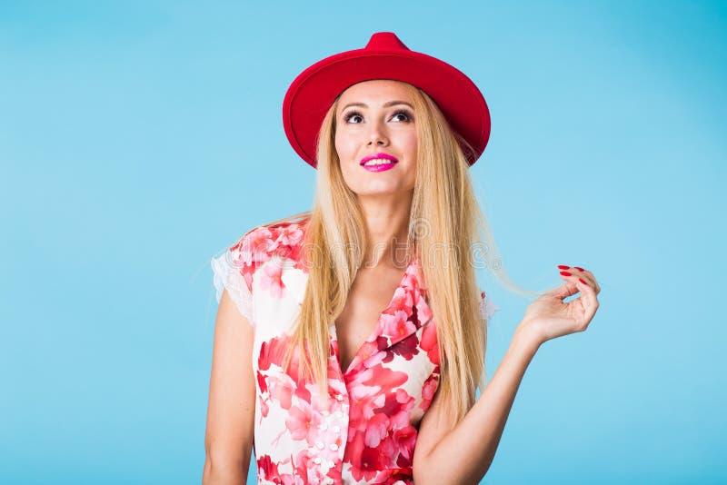 Modell-Studioporträt lookbook Mode der jungen Frau auf blauem Hintergrund lizenzfreie stockfotografie