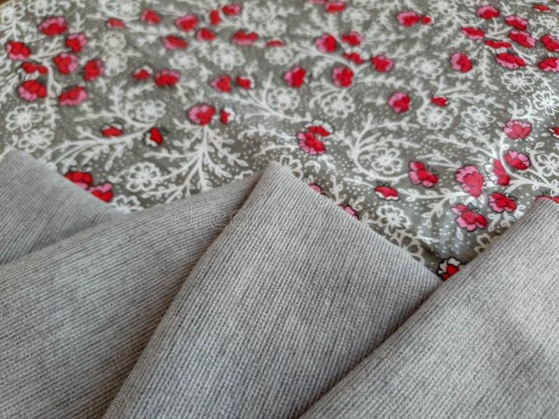 Modell textur, bakgrund, tapet Blom- tyg för tappning med små röda blommor på den gråa bakgrunden som kombineras med mjukt fotografering för bildbyråer