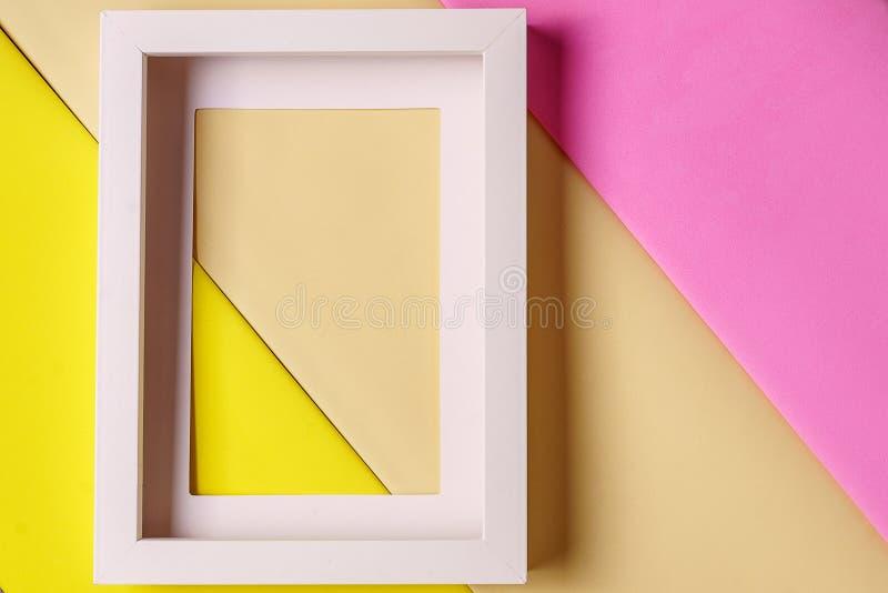 Modell Tom bildram mot pastellfärgad bakgrund fotografering för bildbyråer