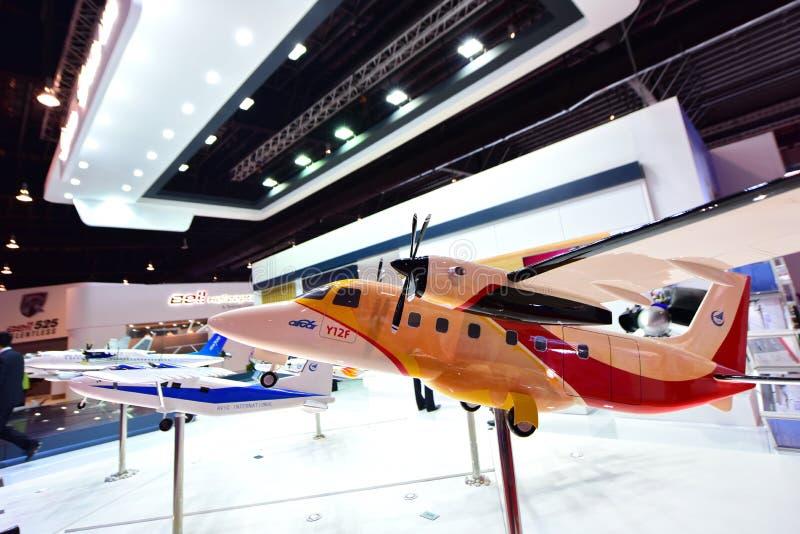 Modell von chinesischen Zivil-Turboprop-Triebwerk Aicraft Y12F zweistrahligen Passagierflugzeugen auf Anzeige in Singapur Airshow stockfotos