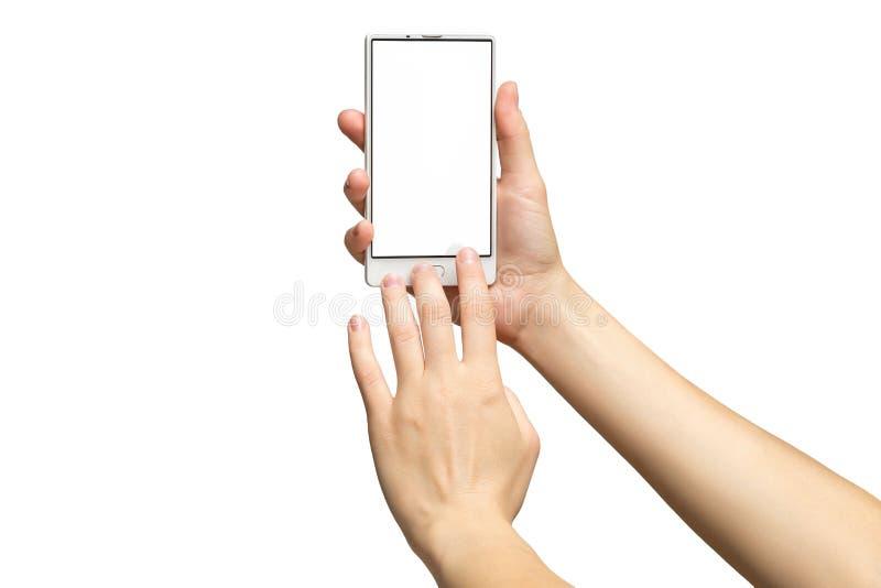 Modell von den weiblichen Händen, die modernes weißes Mobiltelefon mit leerem Bildschirm halten lizenzfreie stockfotografie