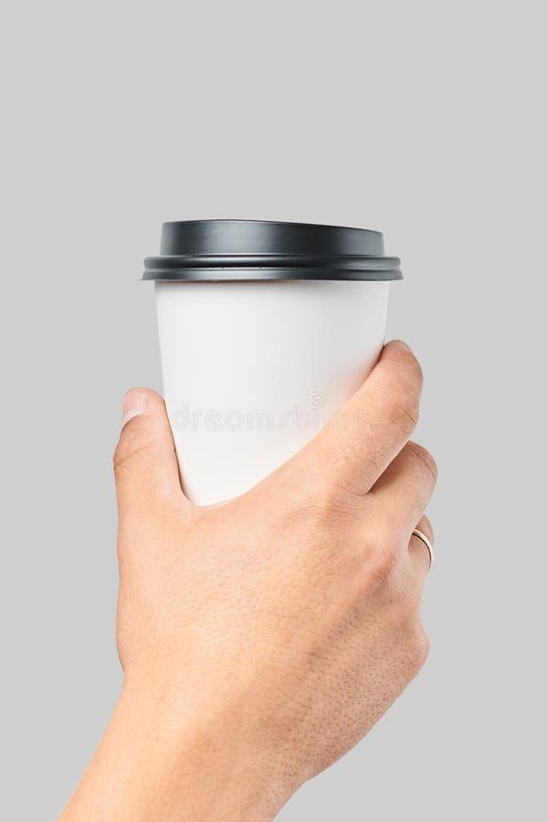 Modell von Männer ` s Hand, die große Schale des Weißbuches mit schwarzer Abdeckung hält stockfotografie
