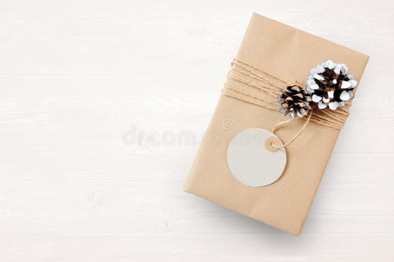 Modell-Weihnachtsgeschenkbox eingewickelt im braunen Recyclingpapier und in gebundenem und Tagsackseil mit, Draufsicht stockfoto