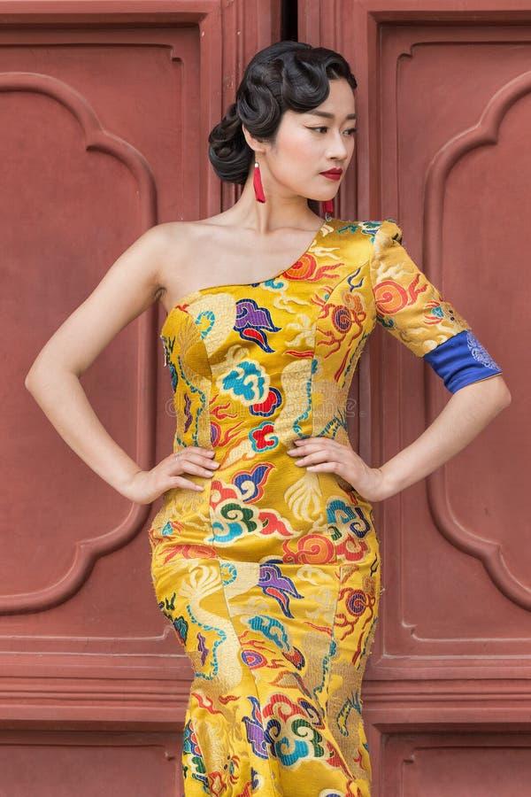 Modell wirft auf klassische Mode, Peking, China auf stockfoto