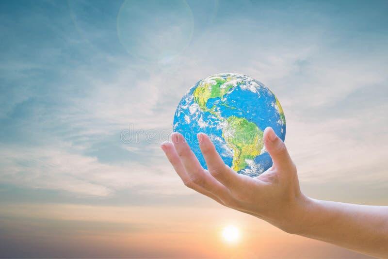 Modella il mondo sulle mani umane, il cielo nei precedenti vago Concetto di ecologia di giorno dell'ambiente La panoramica di que immagini stock libere da diritti