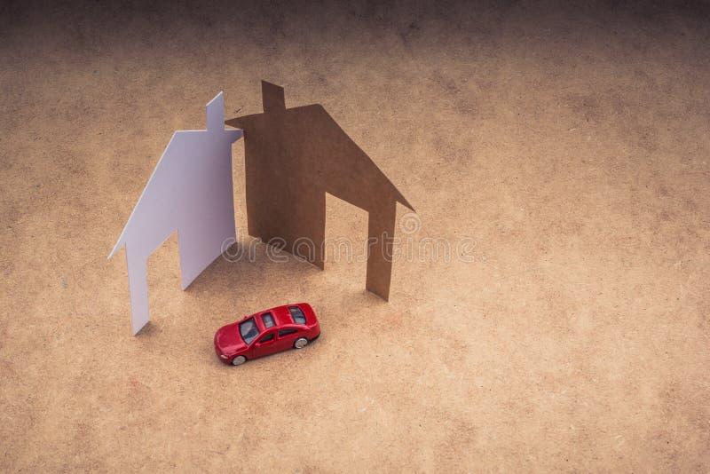 Modellauto- und Hausform herausgeschnitten vom Papier lizenzfreies stockbild