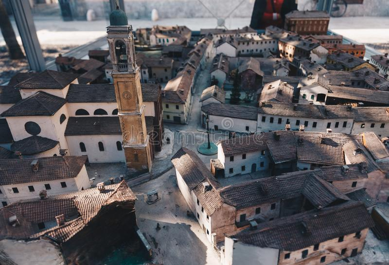 Modellbau einer alten europäischen Stadt mit kleinen Häusern und einer Kirche, eine Museumsausstellung mit hohem Detail, sorgfält lizenzfreie stockbilder