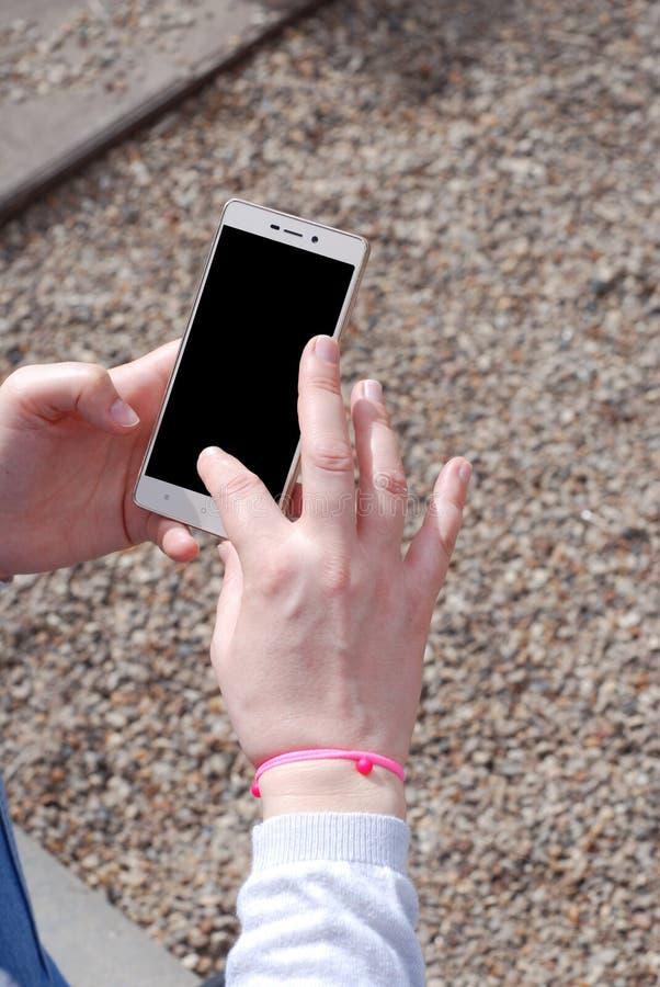 Modellbild av för hållande den tomma skärmen mobiltelefonsvart för hand arkivbilder