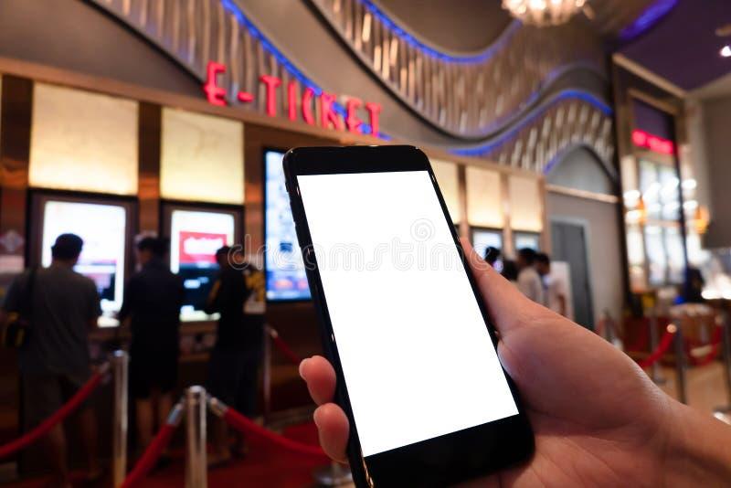 Modellbild av kvinnahanden som rymmer den vita skärmen för mobila smartphones för modelldesign och andra appskärmbakgrund royaltyfri fotografi