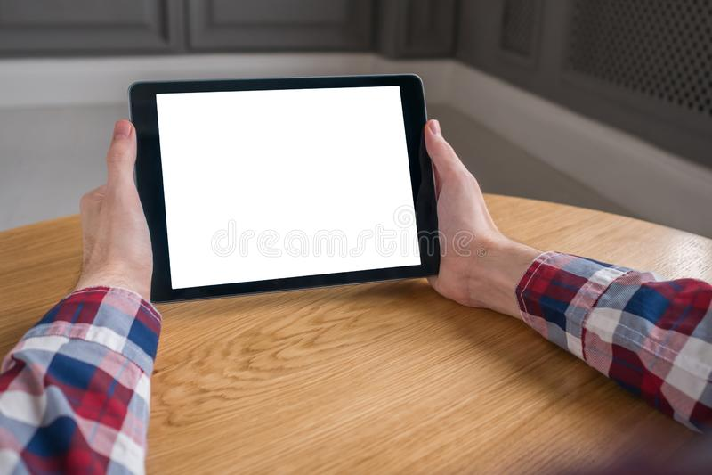 Modellbild des digitalen Tablet-Computers mit wei?em leerem Bildschirm in den Mannh?nden stockfoto